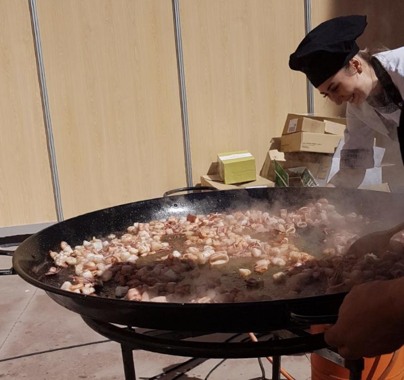 Nuestra chef, Carmen Chivu, comenzando la paella