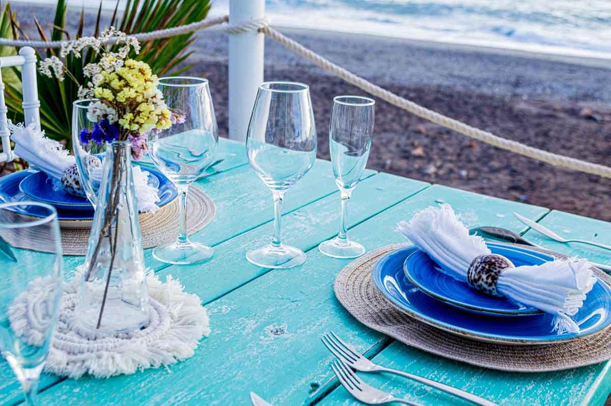 Listo para comida romantica en terraza de restaurante Neptuno Mojacar